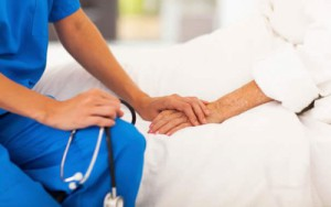 infermiere-che-tiene-la-mano-di-una-paziente-e1473687489903