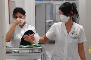 Operatori Sanitari dell'ospedale Galliera, dove è stato riscontrato il secondo caso di meningite su un uomo di 67 anni che è ricoverato in isolamento nel reparto malattie infettive, a Genova, 02 gennaio 2017.    ANSA / LUCA ZENNARO