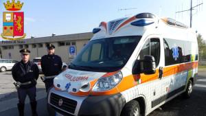 Ruba ambulanza e fugge